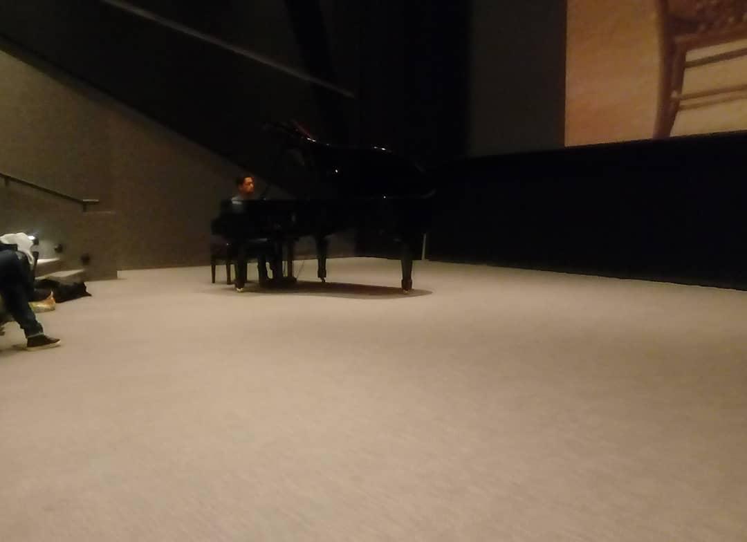 El piano de cola en la Sala Guillermo del Toro, Guadalajara, durante la prueba. Foto tomada por Salcedo.